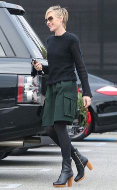 Going Green from Celebrity Street Style - Going Green from Celebrity Street Style Portia de Rossi sports a green skirt with cargo pockets, w - Portia De Rossi, Komplette Outfits, Winter Outfits, Fashion Outfits, Fashion Sets, Style Fashion, Celebrity Style Casual, Casual Street Style, Looks Style