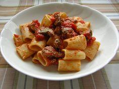 La pasta con ragù di fegatini o meglio con rigaglie di pollo è un piatto d'altri tempi. Questo sugo si faceva quando di un pollo ruspante