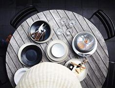 Kerzenhalter aus schwarzem Gusseisen, Schalen aus Steingut oder dunkel lasierte Teller verleihen dem gedeckten Tisch jene kraftvolle Natürlichkeit, die den Stil der Berge so einzigartig machen. Denn matte Oberflächen in dunklen Tönen wirken archaisch, authentisch, erdverbunden - und passen perfekt zu anderen natürlichen Materialien wie Filz, Wolle oder rauem Holz.