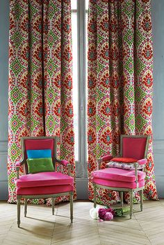 printed fabric backdrop & upholstered chairs