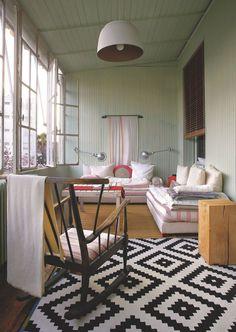 L'espace lecture d'une maison de ville bordelaise. Plus de photos sur Côté Maison : http://bit.ly/1Lt8Sme