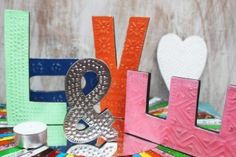 Unsere neuen bunten Aluminium-Buchstaben sind das ideale Produkt für jeden Geschenkladen.   Mit diesen können Ihre Kunden in Geschäften, auf Geburtstagsparties oder Hochzeiten Namen oder Glückwünsche ausschreiben. Auch im eigenen Heim sind sie toll zum Dekorieren. Lassen Sie Ihrer Kreativität freien Raum!