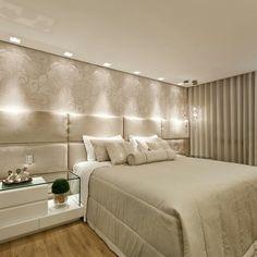 Quarto casal - cabeceira estofada.Papel de parede. Iluminação aconchegante. PROJETO LAGE FALQUETO INTERIORES.