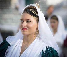 Νύφη από τη Λευκάδα==Παραδοσιακές_φορεσιές (@traditional_costumes_greece) • Φωτογραφίες και βίντεο στο Instagram Corfu, Traditional Outfits, Greeks, Portrait, Islands, Folk, Instagram, Fashion, Moda