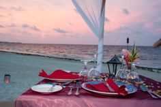 Ein romantisches Abendessen am Strand von Now Sapphire Riviera Cancun - World of ideas ! Romantic Dinner Setting, Romantic Dinners, Apple Vacations, Free Vacations, Romantic Beach, Romantic Places, Cancun, Cool Places To Visit, Places To Go