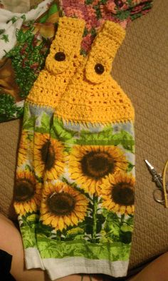 Crochet towel topper... I seriously need to learn how to do this. I think I need one in my little kitchen!