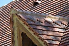Kleine #Gaube mit rustikalen #Tonschindeln Monument Historique Texture, Interior Design, Wood, Crafts, Roof Tiles, Architectural Materials, France, Rustic, Handmade