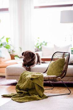 Neulottu torkkupeitto ontelokuteesta graafisin kuvioin - Kotiliesi.fi Wicker, Blanket, Chair, Bed, Mini, Furniture, Home Decor, Decoration Home, Stream Bed