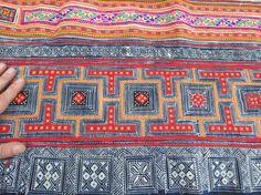 TELA DE ALGODÓN VINTAGE BATIK, Materia textil, Vintage tejido a mano, totalmente hecho a mano: Batik estampado a mano tejidas a mano, mano alzaba el algodón,  Medida: son; 480 cm largo por 44 cm, o 16 pies 0 pulgadas de largo por 17 pulgadas de ancho,  GUARDAR combinado $$ gastos de envío en 2 o más elementos automáticamente. < comprado con otro elemento > Un hermosos textiles vintage de hmong,   enviamos pedidos tan pronto como sea posible, dentro de las horas de confirmar el pago, pero una…