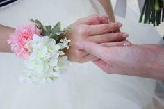 手作りの造花リストレット(リストブーケ) - ブライズメイド&アッシャーと海外挙式ビーチフォト♡アイディア・写真の画像集