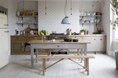 cuisine   The Blog Déco Galley Kitchens, Cool Kitchens, Annie Sloan, Warehouse Kitchen, Kitchen Island With Seating, Scandinavian Kitchen, Blog Deco, Kitchen Photos, Kitchen Paint