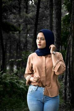 Pin Image by Hijab Instag Arab Girls Hijab, Girl Hijab, Muslim Girls, Beautiful Muslim Women, Beautiful Hijab, Belle Nana, Muslim Women Fashion, Muslim Beauty, Hijab Fashionista