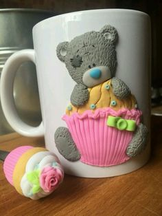 Caneca em biscuit Cute Polymer Clay, Polymer Clay Animals, Fimo Clay, Polymer Clay Projects, Porcelain Clay, Cold Porcelain, Cute Mug, Clay Bear, Clay Mugs