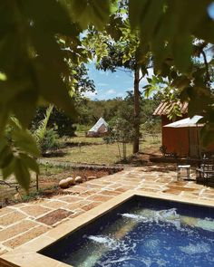 Glamping in Colombia is an incredible experience, because this country has an immense variety of landscapes and climates. Glamping, Aurora, Villa, Deck, Outdoor Decor, Nature, Travel, South America, Camping Places