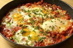 Ce plat d'œufs constitue un repas végétarien. Pour augmenter la quantité de protéines, accompagnez-le de quinoa ou de sarrasin. Ce sont des pseudo céréales