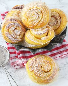 Extra saftiga saffransbullar fyllda med riven mandelmassa eller vit choklad! Swedish Christmas Food, Christmas Sweets, Christmas Baking, Cookie Desserts, No Bake Desserts, Delicious Desserts, Swedish Recipes, Sweet Recipes, Baking Recipes