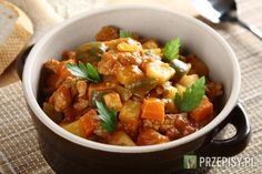 Mięso pokrój w dużą kostkę i podsmaż na złoto w rondlu. Następnie dodaj pokrojoną w kostkę cebulę, czosnek oraz mieloną paprykę, słodką i ostrą.   Ziemniaki oraz pozostałe warzywa pokrój w tej samej wielkości kostkę.   Dodaj do mięsa najpierw ziemniaki i następnie zalej wszystko 1 l wody. Gotuj ok. 15 minut, aż ziemniaki lekko zmiękną.   Teraz dodaj pozostałe warzywa.   Do kociołka wsyp Fix Knorr, dokładnie wymieszaj i duś potrawę ok. 20 minut. Podawaj posypaną posiekaną natką ...