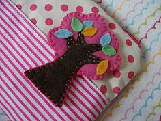 bolinhas, listras e rvore. (Rafaela Melo.) Tags: pink tree pencil pin broche rosa felt case.