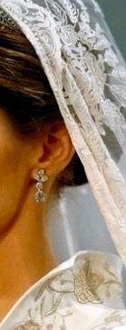 Los pendientes son un regalo de los Reyes Don Juan Carlos y Doña Sofía, confeccionados en platino con seis diamantes Pera y cuatro diamantes Brillante. La diadema, estilo Imperio, de platino y brillantes, prestada por la Reina Doña Sofía, es una obra de arte.