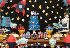 Confira inspirações de convites, decorações, comidinhas, bolos, doces e lembrancinhas para uma festa astronauta! Post imperdível!