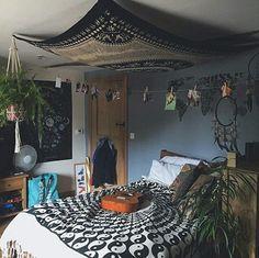 böhmische Schlafzimmer Ideen Source Home Decor Budget, Home Decor on a budget, Home Decor ideas, Hom Hippy Room, Boho Room, Hippie Room Decor, Dream Rooms, Dream Bedroom, Bedroom Bed, Bedroom 2018, Tapestry Bedroom, Indie Room