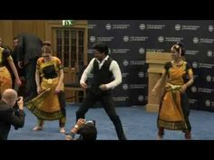 Dr Shah Rukh Khan performs his famous Lungi dance - YouTube