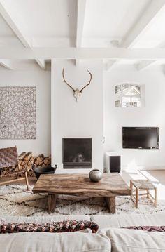 salon avec murs blancs, décoration murale, meuble design scandinave