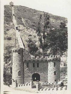 La entrada del Funicular diseñada por Luciano Kulczewski, y atrás el Cerro San Cristóbal, antes de que se vieran los frutos de su arborización. Foto Ca. 1925.