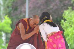 Meine lieben Freunde, Ich bin immer noch zutiefst berührt. Auch dieses Mal habe ich den Segen Seiner Heiligkeit dem Dalai Lama erhalten....