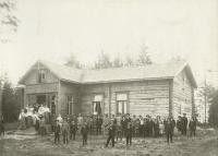 Iitin Haapakimolan työväenyhdistyksen talo, edustalla yhdistyksen jäseniä.1900 - 1910