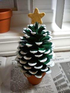 DIY - karácsonyi ajándék ötlet: színezett tobozok - karácsonyfa formájú
