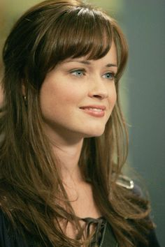 Rory Gilmore (Alexis Bledel) -I so love her hair! Alexis Bledel, Rory Gilmore Style, Gilmore Girls, Lorelai Gilmore, Hairstyles With Bangs, Pretty Hairstyles, Long Wavy Hair, Straight Hair, Brazilian Hair