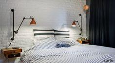 Loft B9 - ściana z bielonej cegły w sypialni