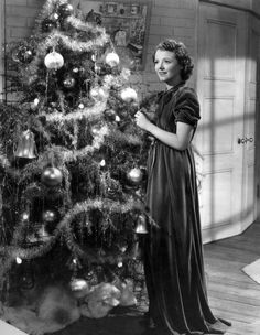 Janet Gaynor, winner of the first Oscar as best actress, decorates a Christmas tree around 1930.