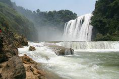 De Huangguoshu waterval heeft een hoogte van 74 meter en een breedte van 101 meter. De waterval ligt 45 kilometer ten zuidwesten van de stad van Anshun. Achter het gordijn van water bevindt zich een grot. Het is een populaire toeristenbestemming.     De Huangguoshu waterval is een onderdeel van een hele reeks watervallen in de Baishui rivier, een zijrivier van de rivier Wujiang.