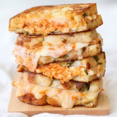 Buffalo Chicken Grilled Cheese Grilled cheese sandwiches are probably one of the easiest, most classic sandwich recipes ever invented. Grill Cheese Sandwich Recipes, Grilled Cheese Recipes, Soup And Sandwich, Grilled Cheeses, Grill Sandwich, Chicken Recipes, Panini Recipes, Sauce Recipes, Buffalo Chicken Grilled Cheese