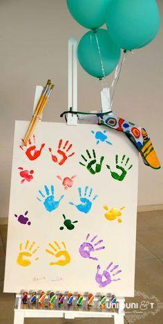 Quadro para as crianças botarem a mão na tinta e brincarem de artista na festa com o tema Fazendo Arte.