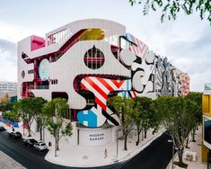 Completed in 2018 in Miami, United States. Images by Imagen Subliminal. The Museum Garage is located in the Miami Design District, a neighborhood dedicatedto innovative art, design and architecture. Featuring the work of. Design Exterior, Facade Design, House Design, Architecture Unique, Spanish Architecture, Parlor Games, Studios, Casas Containers, Santiago Calatrava