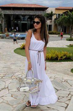 Para um fim de semana fresco, vestido longo soltinho com Havaianas.