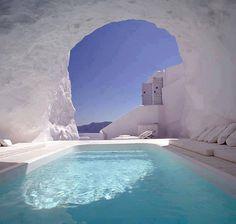 Katikies Hotel, Santorini, Grécia.  O Katikies Hotel está localizado no alto dos rochedos de Oia, a 92 m acima das águas azuis do Mar Egeu, e oferece restaurante na cobertura. As piscinas infinitas proporcionam vista maravilhosa da caldeira.
