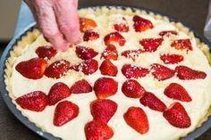 Křehký tvarohový koláč s jahodami Sweet Life, Pepperoni, Cheesecake, Deserts, Dessert Recipes, Food And Drink, Pizza, Cupcakes, Sweets