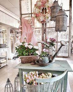 Dagens bild från butiken #levvackert Nu öppnar butiken och vi välkomnar alla gamla och nya kunder. Du kan äta gott här eller ta en goofika på vår blommiga veranda. Kram på er/Ingela