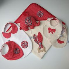 Sortie de bain en éponge imprimé pois blancs sur fond rouge et Liberty Betsy Ann Liberty Betsy, Diy Bebe, Handmade Baby Gifts, Baby Sewing Projects, Creation Couture, Diy Home Crafts, Baby Bibs, Christmas Stockings, Coin Purse