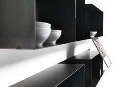 Mensola mate Mogg Mensola Mate Mogg Design: MIST-O Descrizione: Mate è una mensola di metallo con reggilibro incorparato, ideale per uso in cucina di libri ricette. Tuttavia questa mensola può essere usata in diversi ambienti, dalla cucina, al living, agli ambienti contract, grazie alla sua versatilità. Disponibile anche la versione senza leggio. Disponibile verniciata bianca opaco RAL 9016 e in lamiera nera con saldature/molature a vista per voluto effetto industriale Materiale: acciaio