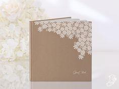Gastenboek van kraftpapier met wit kanten bloemen