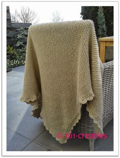 DIY Eenvoudig een omslagdoek breien en afwerken met een gehaakte schulprand. 101creaties