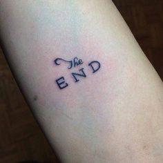 """Pequeño tatuaje en el antebrazo que dice """"The end"""", que significa """"Fin""""."""