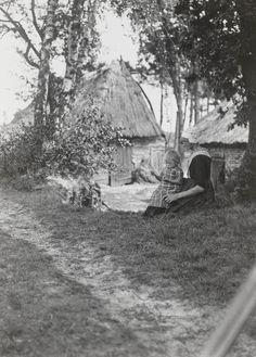 Vrouw met kind in streekdracht uit Nunspeet. 1914 #Veluwe #Gelderland… Old Photos, Vintage Photos, Old Farm Houses, Traditional Outfits, Cottages, Netherlands, Holland, Dutch, German