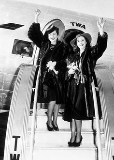 """Vivien Leigh and Olivia de Havilland arriving in Atlanta for the premiere of """"Gone With The Wind"""", Old Hollywood Glamour, Golden Age Of Hollywood, Vintage Hollywood, Hollywood Stars, Classic Hollywood, Hollywood Sign, Vintage Glam, Olivia De Havilland, Vivien Leigh"""