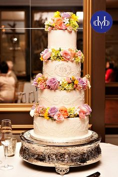 Fondant wedding cake with fresh flowers by Minette Rushing / Custom Cakes, via Flickr